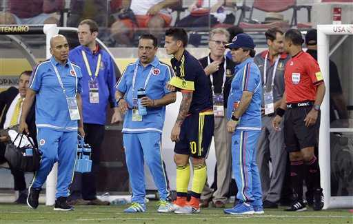 Colombian player James Rodríguez (c) leaves the field after injuring himself in a match against the United States. Photo: AP/Marcio Jose Sanchez